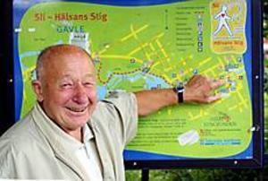 Foto: LASSE PALM Pigg som en mört. Rune Kling, 81, har gått Hälsans stig hundra gånger. Han åker hit ända från Nacka för att traska runt den sex kilometer långa stigen.