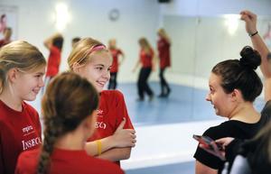 Danslärare Hanna Johansson uppmanar Sara Wexén, Tuva Löf och Klara Dahlberg att dansa fritt till musiken.