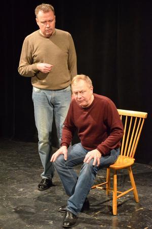 Rune Jakobsson och Magnus Wetterholm bjuder femteklassare på en kortversion av Romeo och Julia samt en lektion om vad teater är.