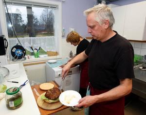 Brödet bakar paret själva, eftersom det inte finns så stora hamburgerbröd i handeln.
