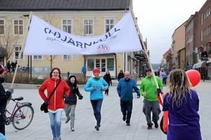 Deltagarna i Ångestloppet spurtar den sista biten in i mål efter 280-metersloppet.