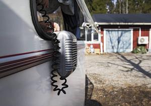 Den här högtalaren skruvas fast och kopplas utanför fönstret för att förmedla radiovågor eller bluetooth.