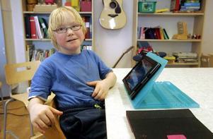 Filip Olofsson från Ås gillar att skriva och räkna på datorplattan.