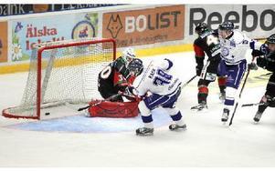 UTKLASSNING. Victor Rask gör 6–0 för Leksand i derbyt mot Mora. 7–1 blev slutresultatet i Tegera Arena när dalalagen drabbade samman i allsvenska premiären.Foto: Curt Kvicker