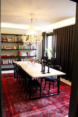 Matrummet. Det mesta hemma hos Julia går i svart, grönt och blått, förutom några av mattorna som är röda.