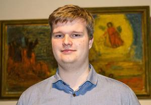Inne i Tomaskyrkan. Bakom Lucas Sevelin skymtar två målningar i konstnären Carl Kylbergs serie om fem motiv kallade