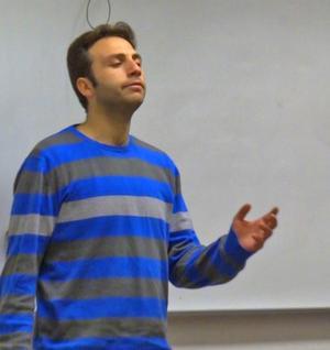 Geoge Rabat framför en sång på arabiska för SFI-klassen.
