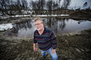 Till sommaren kommer Johnny Isaksson och hans familj att kunna vada ut i vattenbrynet i den egna sjön Brocksjön.