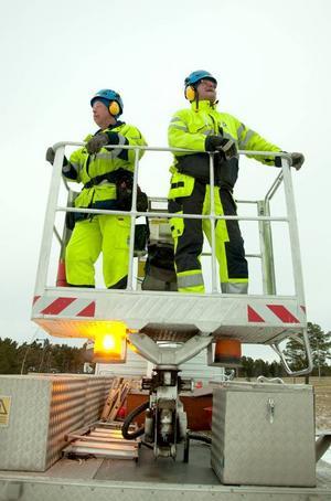 Regler är regler, men det är hjälmtvång även om kommunens belysningstekniker Bengt Isaksson och Erland Johansson är högt upp i fria luften i en skylift.