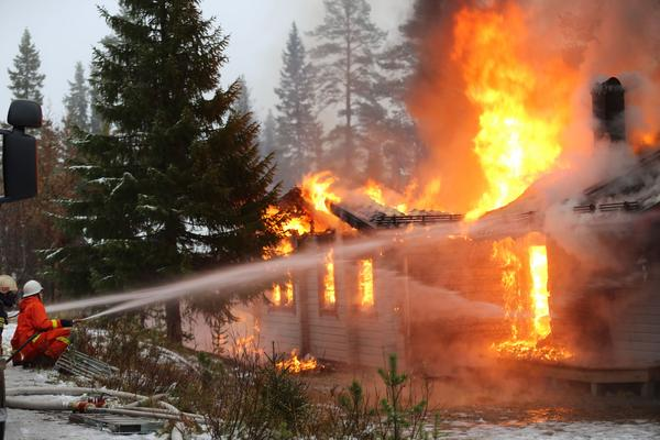 Eftersom huset är övertänt får eldbekämpning  göras från utsidan.