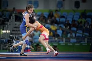 Johanna Mattsson (till vänster) möter Sakshi Malik från Indien i en kvalmatch i 58 kg klassen under OS i Rio 2016.