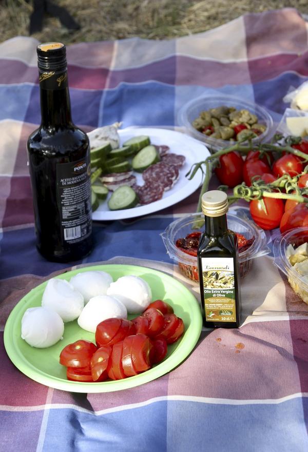 En perfekt italiensk picknick, mozzarella, solvarma tomater och salami.