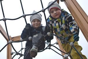 Ny förskola, nya kompisar och nya klätterställningar för grabbarna Viggo Olsson och Charlie Olsson.