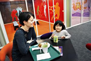 VILA BEHÖVS. Mariana Villskog och dottern Linnea tar en paus i lekandet.