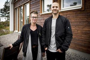 De mörkbetsade gavlarna ger huset karaktär. Alexandra Frank och Erik Karlsson är inte främmande för att dra igång nya byggprojekt i framtiden.
