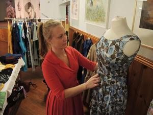 Johanna Rolin har åkt från Hudiksväll för att sälja gamla vintagefavoriter. Här med en favorit i silke.