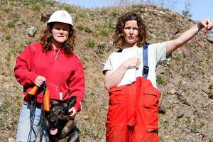 Maria Häggblom till höger och som har varit med och arrangerat kursen för räddningshundar ger här Annika Leijon från Lit och hennes hund Agent instruktioner om vad de ska göra under slutprovet.