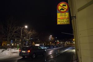 Esplanaden har länge varit ett tillhåll för svarttaxibilar, trots nattförbudet för trafik i centrum. Antalet bilar som cirkulerar har dock minskat rejält den senaste tiden.