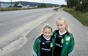 Cornelia Sundeborn och Sofie Hallin väntade förgäves på skoltaxin som skulle ta dem från Specksta till Lucksta skola.