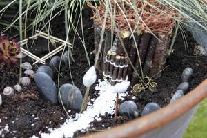 Med material från naturen som blir stugor, stigar och gungor och växer små världar fram i krukor och blomlådor.