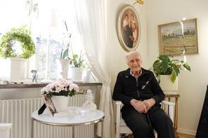 Hilding Porath önskade sig ingenting annat än en fest där han fick använda sin smoking när han fyller 90 år. Snart firas han stort med en smokingmiddag.