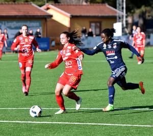Hanne Gråhns och Örebro-försvaret hade oftast god kontroll på Tabitha Chawingas attacker.