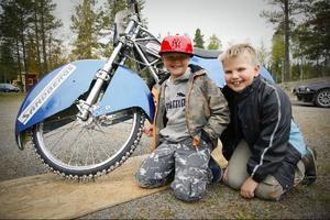 De två unga motorentusiasterna Felix Karlsson och Joel Persson kollar in antalet dubbar på en isracingcykel.