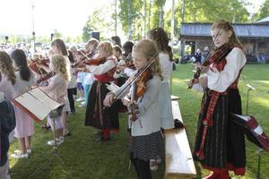 I Delsbo kan många barn och ungdomar spela fiol. Det märktes på skolavslutningen.