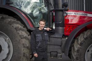 Den traktor Patrik Flodin nu rattar har 70 hästkrafter mer än hans förra rallybil.