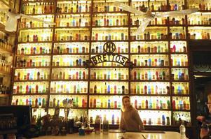 Baren, affären och destilleriet Brettos är som ett färgglatt fyrverkeri.   Foto: Mikael Nilsson/TT