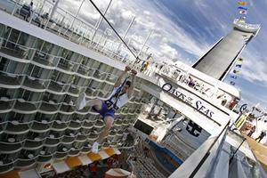 Oasis of the Seas får en systerbåt - som ska bli ännu större. Där ska också gå att åka zipline, som här på bilden.