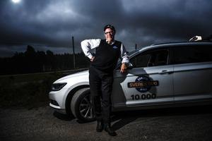 Christer Söderström har kört taxi i Örnsköldsvik i 25 år. Han älskar mötet med människor och sätter en ära i att ge kunderna bästa möjliga service och bemötande. Nu får han priset Årets Popretoriker 2015 för sin förmåga att få kunderna att trivas i hans taxibil.