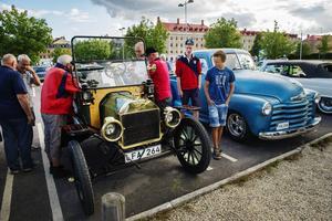 Många samlades för att beundra den gamla T-forden. bland annat från höger Arvid Bergseije och Wiktor Kinert