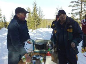 Vid Sätervallen serverades korv och dricka av två herrar från klubben.  Foto: Carin Selldén