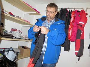 Lasse Wennman har ett förråd av barn- och vuxenkläder att dela ut.