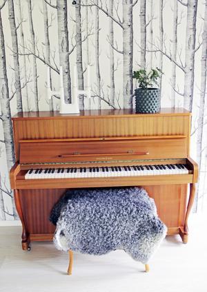 Pianot fick Josefines mamma som liten flicka och nu står det i Josefines radhus.