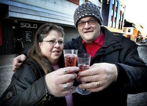 Skål för kärleken och äktenskapet. Monika och Ismo Linkilä firade sin treåriga bröllopsdag med alkoholfri champagne på gågatan på nyårsaftonen.