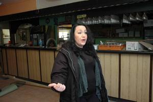 """ÖPPNAR igenbommad restaurang. """"Vasse"""", 32 år är ny ägare till Robbans restaurang i Söderfors. Efter omfattande rustning nyöppnar hon restaurangen under våren."""