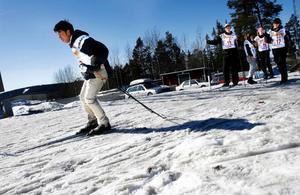 Trots att Satjamit Noi-eim, 23 år, aldrig sett snö och aldrig åkt skidor tidigare så gick det galant efter bara en stunds övning. Måndagens skidäventyr avslutades med en skidskyttetävling.  Foto: Henrik Flygare
