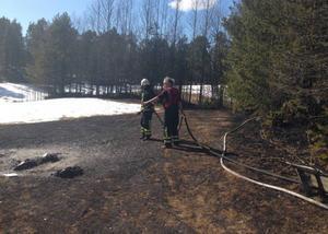 Att det fanns stora snötäckta ytor i närheten gjorde att villaägaren själv kunde hejda branden tills räddningstjänst kom på plats.