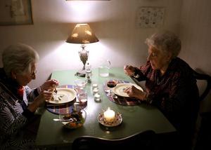 Tryggare. Trygghetsbostäder ska fylla ut glappet mellan det ordinära och det stärskilda boendet. Bland annat ska det finnas möjlighet till gemensamma måltider. (Kvinnorna på bilden har inget samband med artikeln.) foto: scanpix
