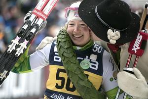 Laila Kveli får en puss på kinden av kransmasen när hon tog sin andra raka seger i Vasan 2014.