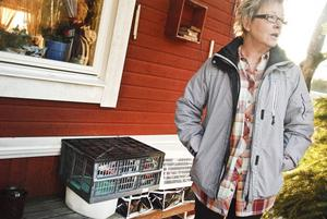 Bitta Jonsson har ställt ut julmaten för att rädda det från det strömlösa kylskåpet, men hon tror inte den går att äta längre.