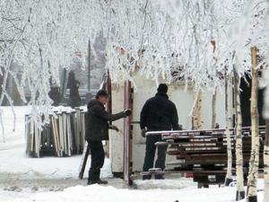 Första delarna till Vinterstaden sätts upp i badhusparken.