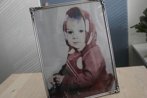 Bilden på Lena Glebova är den enda på henne från då hon var riktigt liten. Kerstin och Tage har fått hjälp av en fotograf som har återskapat de delar av fotot som var förstört.