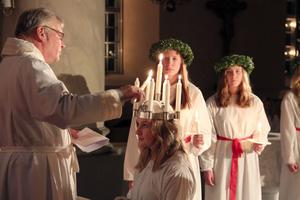 Kyrkoherde Gustaf Åhman tände ljusen i Järvsö lucia, Evelina Kylin-Bloms krona.
