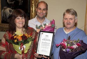 Theresa Fredriksson, fastighetschef Magnus Weinstock och arbetsledare Tony Hellström tog emot priset när medarbetarna inom RFAB:s parkverksamhet utsågs till Årets medarbetare i Rättviks kommun.