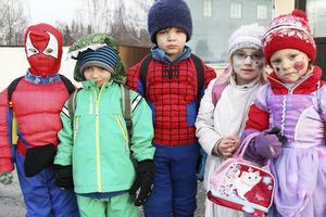 Den här gruppen barn kommer från Furans förskola i Alfta. Barnen tar med sig olika sorters kläder för att sedan klä ut sig i. Spiderman är en populär figur att klä ut sig som.