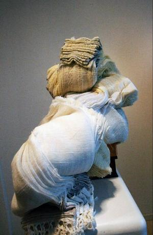 Monica Nilssons orädda hantering av textilier och ständigt nya spännande utställningstankar gläder vår recensent.