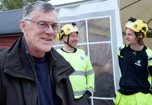 Börje Jonasson började jobba på Krokströmmens kraftverk 1978. Sedan dess har han jobbat i kraftverken i Ljusnan i Härjedalen. Han gick i pension i fjol. I bakgrunden Håkan Grym  och Henrik Schwartz som jobbar för Bilfinger som sköter drift och underhåll av Svegs kraftverk.